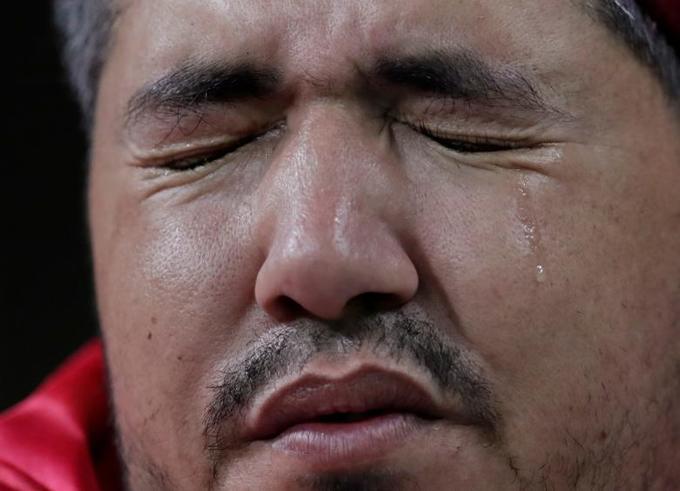<p> Một fan Tunisia với hàng nước mắt lăn dài khi đội trưởng Harry Kane của Anh ghi bàn thứ hai, vươn lên dẫn trước đội bóng quê hương họ. Giọt nước mắt đối diện với sự thật Tunisia chính thức dừng chân tại World Cup 2018.</p>