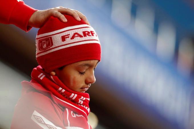 """<p> Cậu bé Peru lặng người trong trận đối đầu của các """"thần tượng"""" với đội """"Những chú Gà Trống"""" Pháp.</p>"""