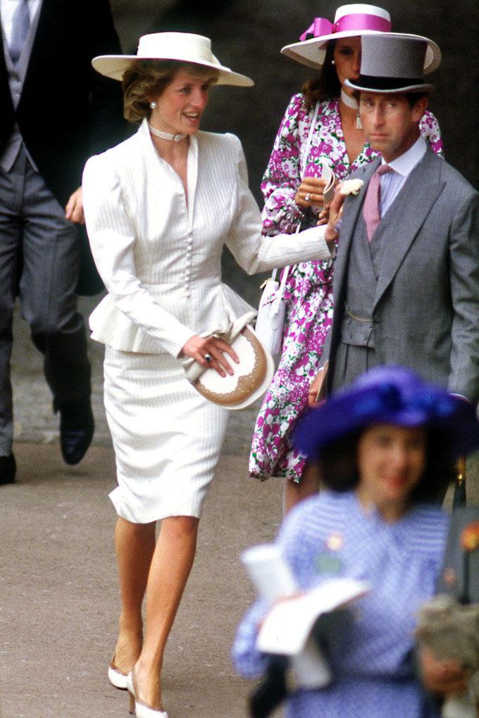 <p> Royal Ascot vẫn luôn là sự kiện đua ngựa được giới thượng lưu ở xứ sở sương mù đón chờ bởi tại đây, phụ nữ hoàng gia Anh có thể trình diễn những kiểu mũ lạ mắt với tiêu chí gây sự chú ý nhất có thể. Tuy nhiên, Công nương Diana chỉ cần diện một set đồ màu trắng thanh lịch từ đầu tới chân là đã đủ thu hút mọi ánh nhìn. Ảnh chụp tại sự kiện Royal Ascot vào tháng 6/1986.</p>