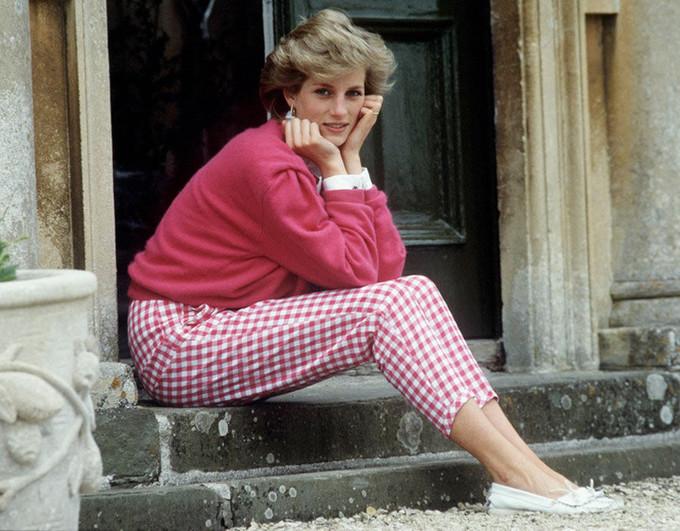 <p> Khoảnh khắc bình yên của Công nương Diana khi bà ngồi trước thềm nhà ở Highgrove, Gloucestershire, Anh, ngày 18/7/1986.</p>