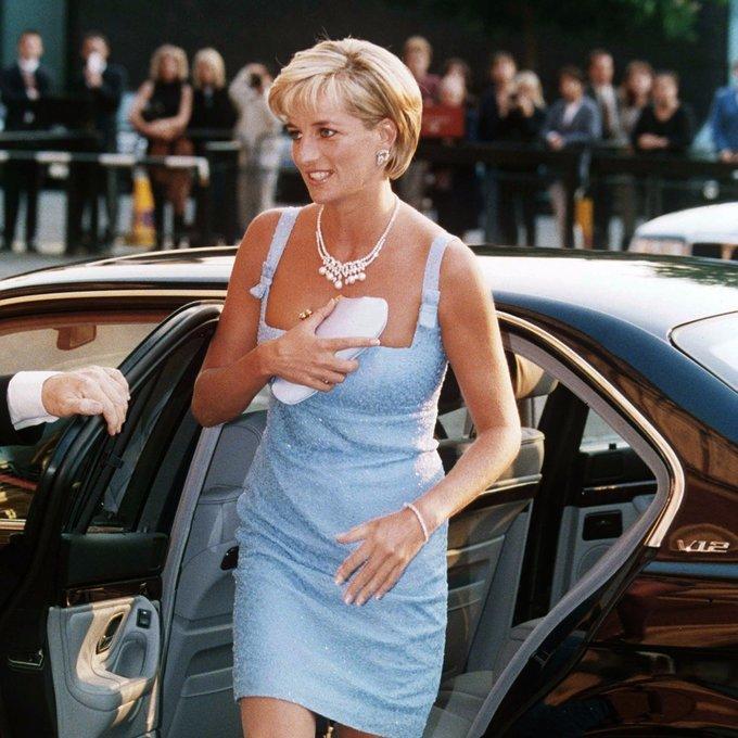 """<p> Ngày 3/6/1997, hai tháng trước khi qua đời, Công nương Diana có mặt ở Hội trường Hoàng gia Albert tại London trong bộ váy ngắn màu xanh da trời của NTK người Pháp Jacques Azagury. Chiếc vòng cổ """"Swan Lake"""" bà mang ngày hôm đó đã được bán với giá 12,1 triệu USD vào năm ngoái.</p>"""