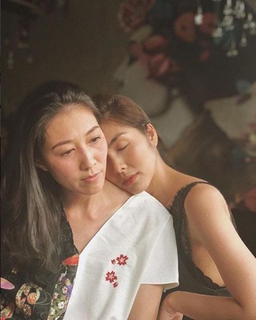 Tăng Thanh Hà gây chú ý với bức ảnh thân thiết với vợ Phạm Anh Khoa. Họ vốn là chị em thân thiết từ lâu.
