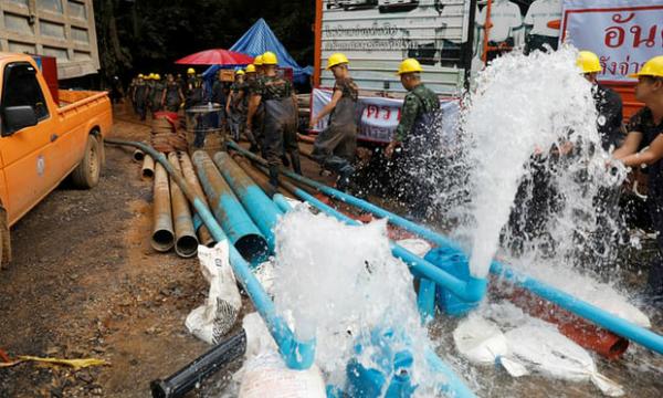 Công cuộc hút nước khỏi hang đang được gấp rút thực hiện để triển khai phương án B. Ảnh: Reuters
