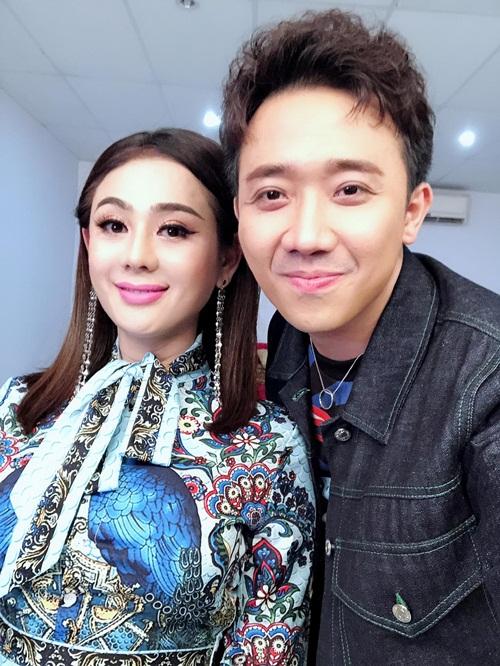 Lâm Khánh Chi và Trấn Thành thân thiết pose hình trong hậu trường.