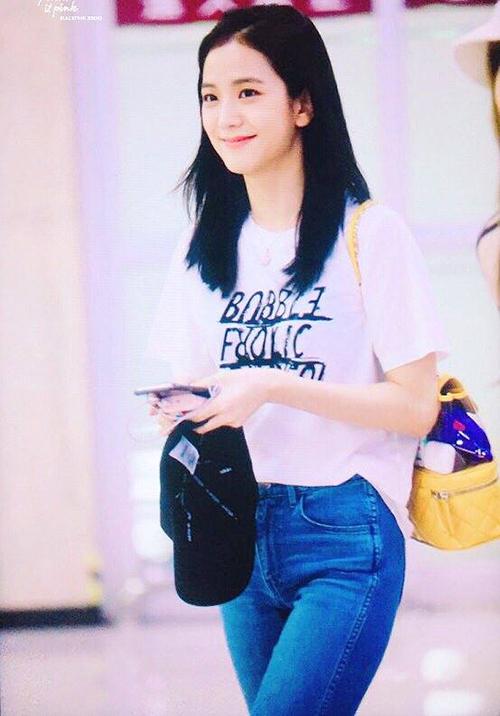 Ji Soo là thành viên duy nhất trong nhóm không mặc quần short. Nữ ca sĩ xinh xắn với lớp trang điểm nhẹ nhàng.Balo vàng hàng hiệu tạo điểm nhấn.