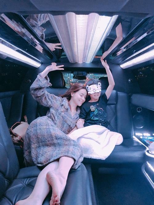 Mẹ con Hồ Ngọc Hà pose hình nhắng nhít trên chuyến xe