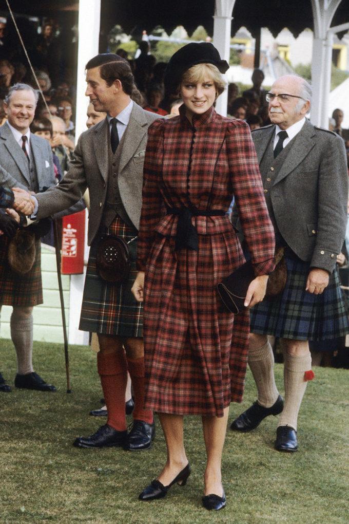 <p> Tại lần xuất hiện chính thức đầu tiên sau đám cưới (5/9/1981), Công nương Diana diện bộ đầm kẻ caro màu đỏ cổ điển của Caroline Charles mix cùng mũ nồi và giày tông tuyệt tông. Bà được khen ngợi về sự tinh tế và cẩn thận khi lựa chọn trang phục phù hợp với hoàn cảnh sự kiện diễn ra tại Scotland, vùng đất quê hương của họa tiết caro.</p>