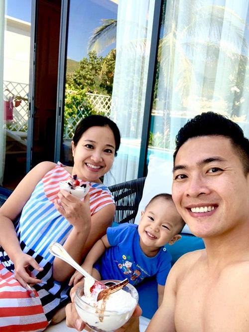 Vợ chồng MC Hồng Phượng - Quốc Cơ đưa con trai đi du lịch.