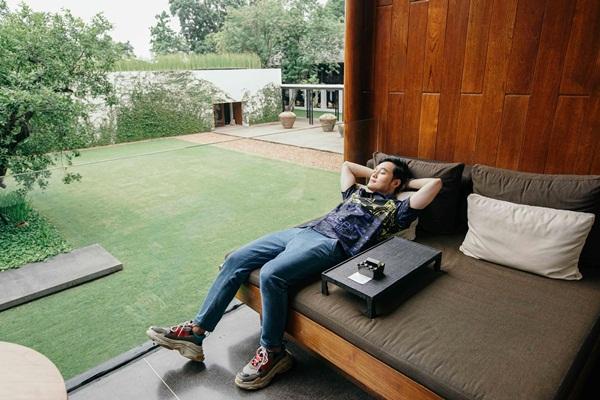 Phút thư giãn của Quang Vinh giữa không gian xanh mướt.