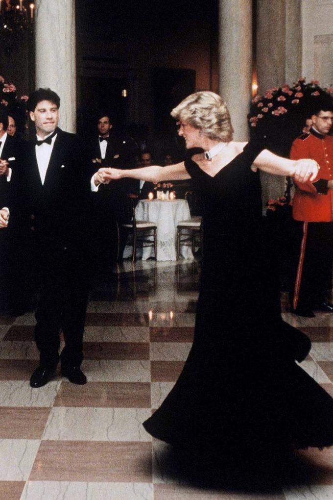 """<p> Kể từ sau khi Công nương mặc bộ đầm nhung đen của Victor Edelstein tại bữa tiệc tối ở Nhà Trắng ngày 9/11/1985, cả thế giới đã gọi cô là """"fashion icon đích thực"""". Bên cạnh đó, màn khiêu vũ của bà và nam diễn viên John Travolta cũng được công chúng biết đến như là màn khiêu vũ đáng nhớ nhất mọi thời đại.</p>"""