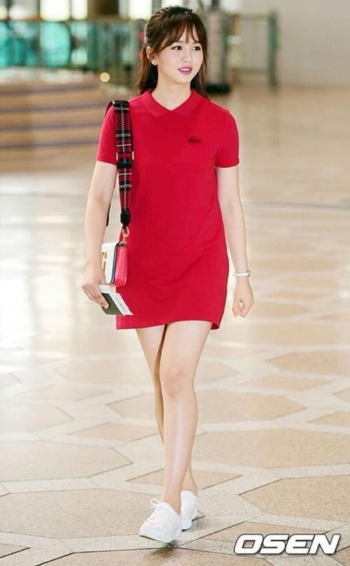 Kim So Hyun sở hữu chiếc váy polo xinh xắn. Nữ diễn viên sinh năm 1999 nổi bật nhờđôi má phúng phính, chân thon dài.