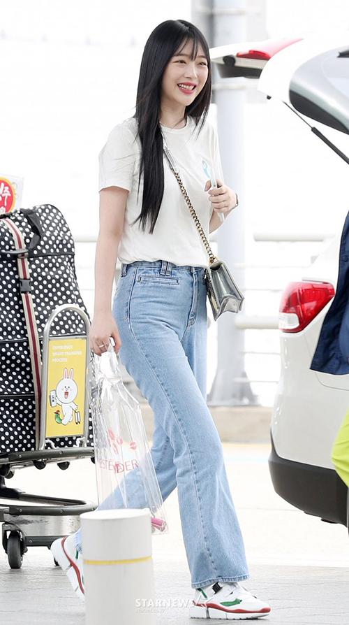 Sulli tăng cân vẫn đẹp. Chiếc túi trong suốt đựng mỹ phẩmcủa cô nàng trở thành đề tài mải mai. Netizen cho rằng nữ ca sĩ đang quảng cáo mỹ phẩm lộ liễu.