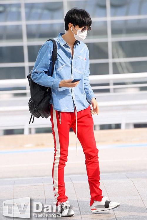 Quần thể thao màu đỏ là item được nhiều thần tượng ưa thích trong thời gian qua. Hyun Bin dùng khẩu trang che mặt nhưng vẫn nổi bần bật khi ra sân bay.