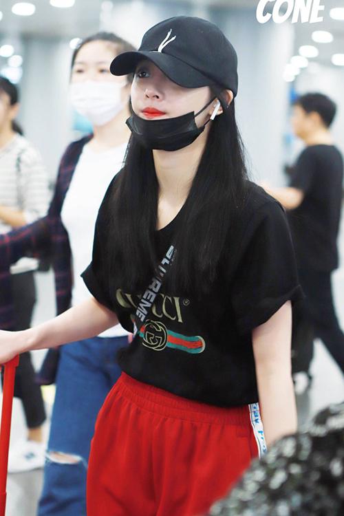 Quần thể thao được nhiều người ưa chuộng vì thời thượng, dễ di chuyển. Kyul Kyung sở hữu áo phông Gucci, món hàng gây sốt trong làng thời trang thế giới.