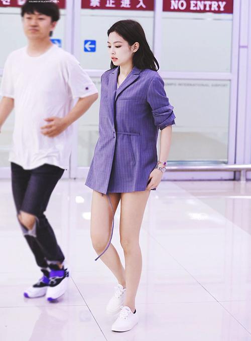 Jennie luôn là ngôi sao có gu thời trang ấn tượng mỗi khi ra sân bay. Thành viên Black Pink khoe đùi thôn với mốt giấu quần, áo vest sành điệu.