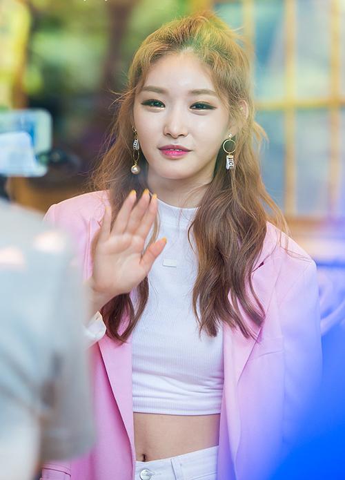 Chung Ha là nhân tố thành công nhất sau chương Produce 101. Cô nàng từng là thực tập sinh của JYP nhưng sau đó đã gia nhập công ty nhỏ, do nhân viên cũ trong công ty làm giám đốc.