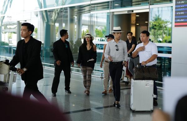 Ngày 5/7, nữ ca sĩ Nicole Scherzinger - cựu thủ lĩnh của nhóm nhạc The Pussycat Dolls đáp máy bay xuống sân bay Đà Nẵng để chuẩn bị tham dự một sự kiện âm nhạc trong hai ngày 6-7/7. Cô cùng với Luis Fonsi là hai linh hồn đặc biệt của lễ hội âm nhạc này. Cô diện trang phục khỏe khắn, đội nón rộng vành, gương mặt được trang điểm nhẹ nhàng. Đây là lần đầu cô tới Việt Nam.