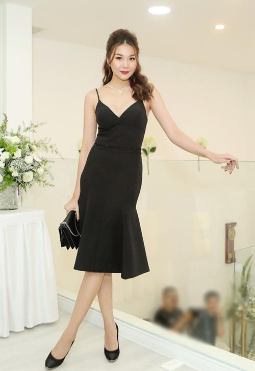 Tối 4/7, siêu mẫu, diễn viên Thanh Hằng tham dự một sự kiện tại TP HCM. Người đẹp xuất hiện với thần thái rạng ngời, phong cách thời trang sang chảnh.