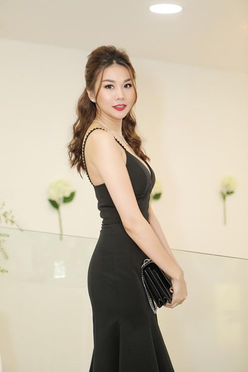 Cô diện chiếc váy đen 2 dâyđơn giản nhưng không kém phần sang trọng.
