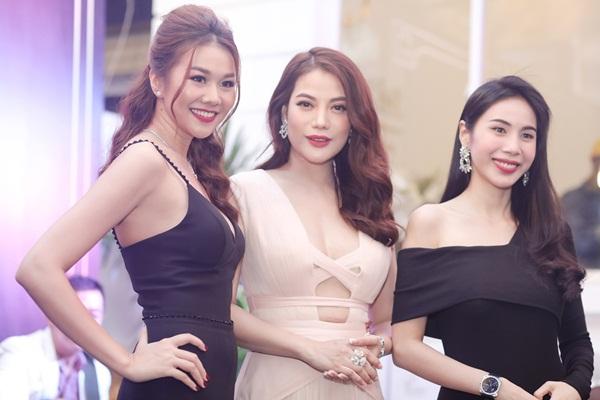 Thanh Hằng vui vẻ trò chuyện với Trương Ngọc Ánh và nữ ca sĩ Thủy Tiên tại sự kiện.