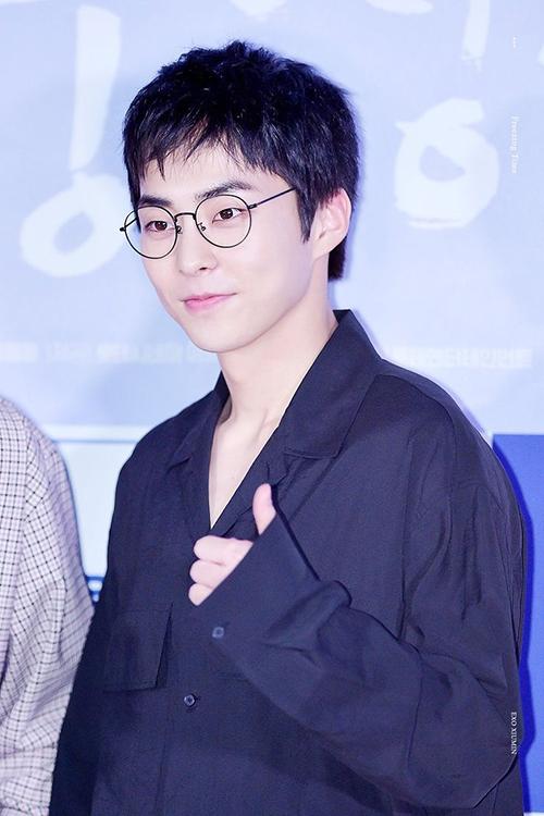 Dù là anh cả nhưng Xiu Min sở hữu khuôn mặt thơ ngây, thường bị nhầm là em út. Ngôi sao được yêu thích bởi nhân cách hoàn hảo, chưa từng gây scandal.