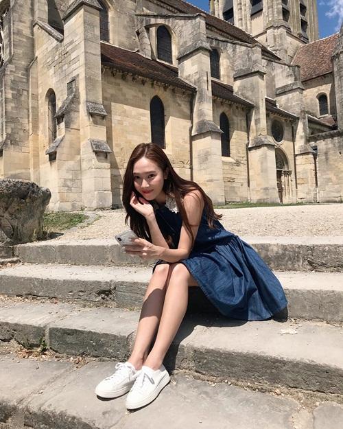 Jessica khoe chân thon nuột dưới nắng hè.