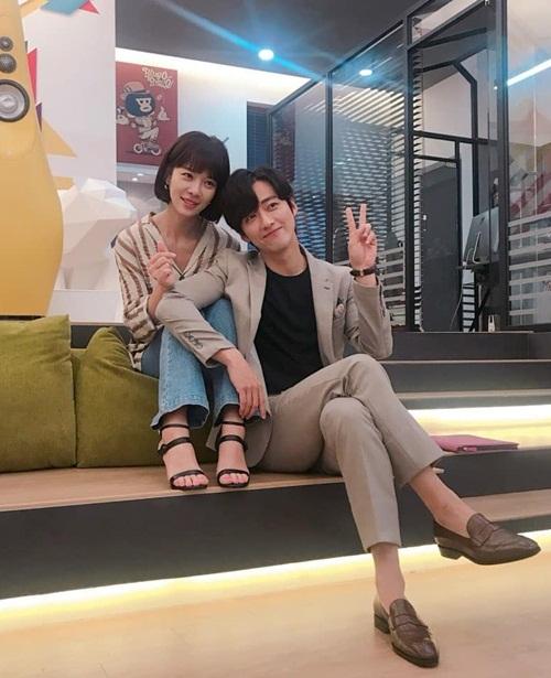 Hwang Jung Eum và Nam Goong Min ngồi tựa sát vào nhau đầy tình cảm.