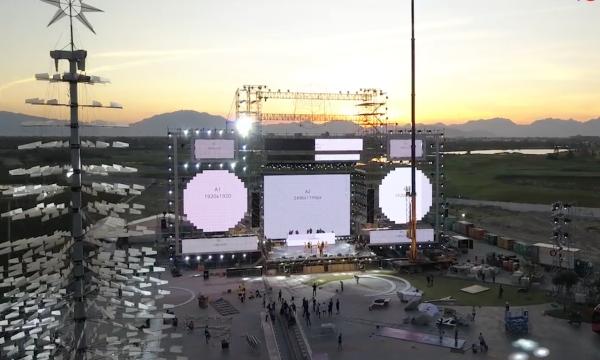 Về sân khấu, theo BTC tiết lộ các nghệ sĩ sẽ biểu diễn trên sân khấu kích thước bằng toà nhà 12 tầng. Tổng cộng, sân khấu phải dùng đến 200 tấn thiết bị, 2.000 mét dây cáp, 1.000 đèn sân khấu các loại, 7 bàn nâng công nghiệp trên sân khấu và khu vực khán giả cùng 12 máy phát điện phục vụ xuyên suốt thời gian sự kiện diễn ra... Chỉ tính riêng kinh phí thuê dàn giáo đã lên tới 1,7 tỉ đồng. Luis Fonsi còn mang sang Việt Nam hàng tấn thiết bị nhằm đảm bảo sân khấu trình diễn của mình phải diễn ra hoàn hảo nhất.  Số lượng nhân công nhân thi công và lắp đặt được huy động gồm 600 thành viên, trong đó 200 công nhân hiện trường với 18200 giờ công, 260 nhân viên an ninh bảo vệ sự kiện...