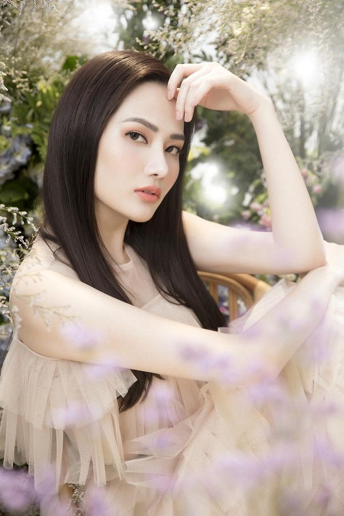 <p> Trở thành Hoa hậu Du lịch Toàn cầu 2018, Nguyễn Diệu Linh có những hoạt động sôi nổi hơn trong làng giải trí. Người đẹp liên tục thực hiện và ra mắt nhiều bộ ảnh thời trang chứng minh gu thẩm mỹ và biến hóa hình ảnh đa dạng.</p>