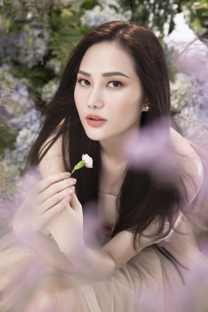 <p> Trong bộ ảnh mới nhất, Diệu Linh hóa thành nàng tiên hoa lộng lẫy.</p>