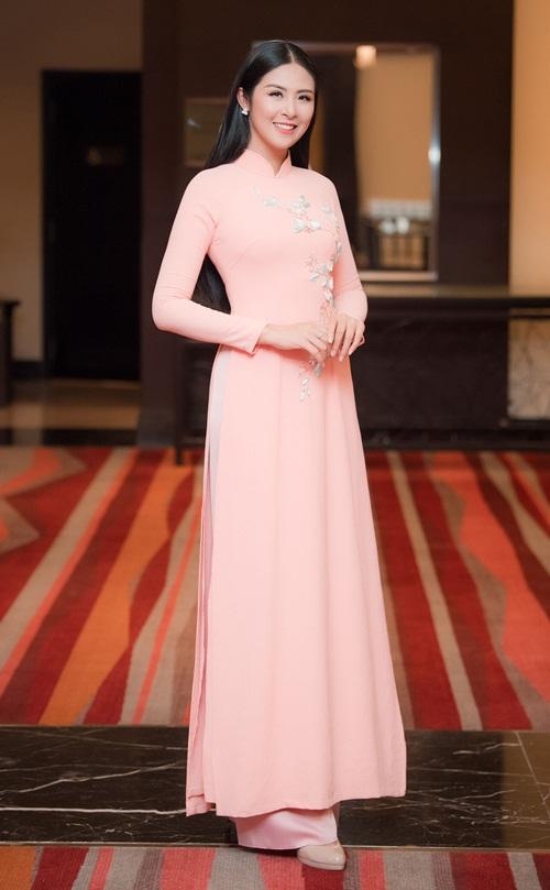 Đến chúc mừng Dương Thùy Linh có nhiều bạn bè thân thiết như Hoa hậu Ngọc Hân.