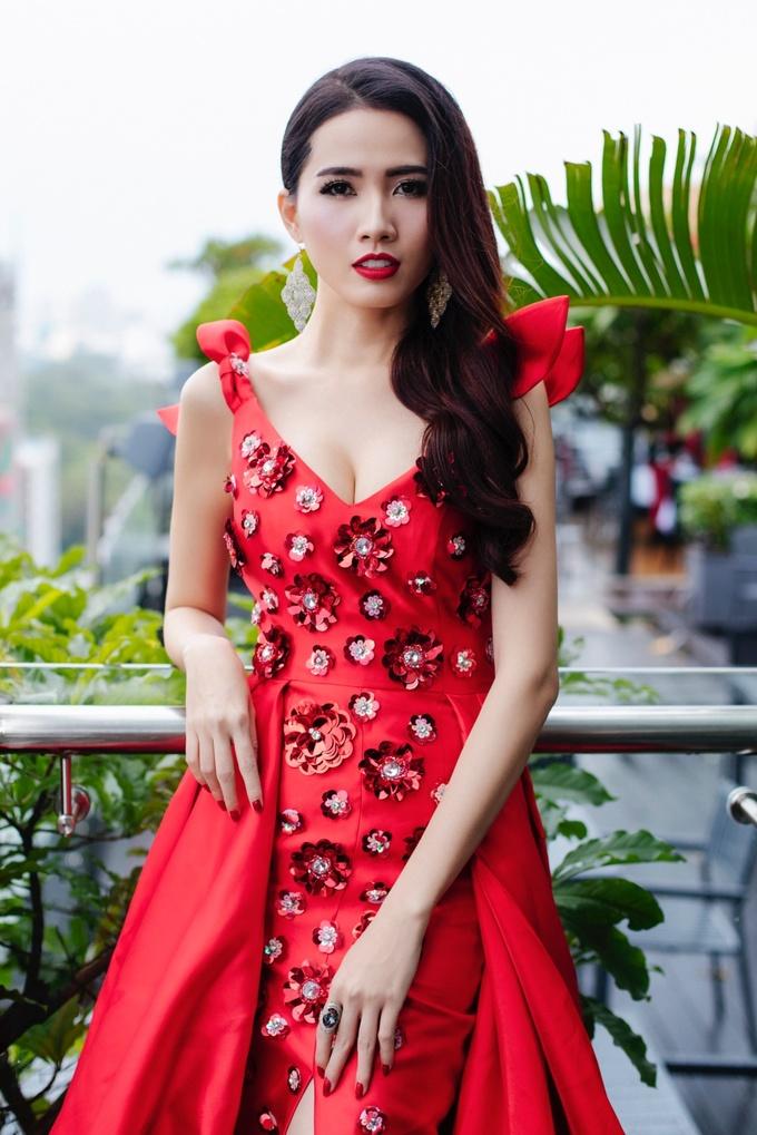 <p> Trong 2 tuần vừa qua, Phan Thị Mơ làm việc không ngừng nghỉ. Cô liên tục tham gia các buổi chụp hình và di chuyển xuống các tỉnh miền Tây để ghi hình chuẩn bị cho cuộc thi.</p>