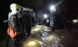 Đội bóng nhí đối mặt với nguy hiểm khi oxy trong hang giảm, mưa bắt đầu rơi