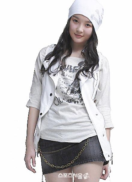 Giống Hyo Min, Min Kyung cũng nổi tiếng rất sớm vì may mắn sở hữu khuôn mặt dễ thương, làn da trắng mịn với đôi mắt long lanh. Lúc đó, thành viên Davichi được rất nhiều fan nam hâm mộ, không bỏ sót bất cứ hình ảnh nào của cô nàng.
