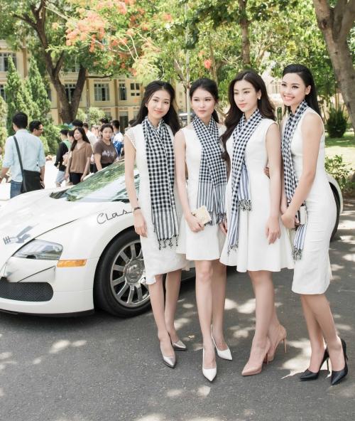 Gây chú ý không nhỏ là sự xuất hiện của chiếc siêu xe Bugatti Veyron có giá khoảng 2,3 triệu USD, tương đương 40 tỷ đồng. Bugatti Veyron từng được xem là mẫu xe thương mại nhanh nhất thế giới với tốc độ tối đa 407 km/h, được gắn với danh hiệu ông hoàng tốc độ.