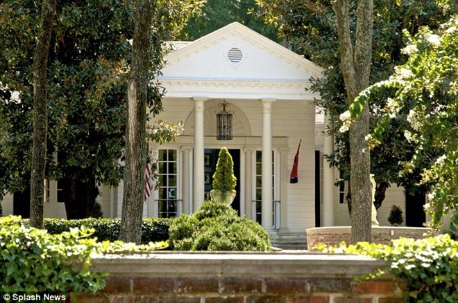 <p> Cũng tại quê hương Nashville, năm 2011 Taylor Swift mua thêm một căn biệt thự mang phong cách Hy Lạp được xây từ năm 1934 có trị giá 2,5 triệu USD. Căn nhà này rộng 5.600 m2 với bốn phòng ngủ và hồ bơi rộng 500m ở vườn sau.</p>