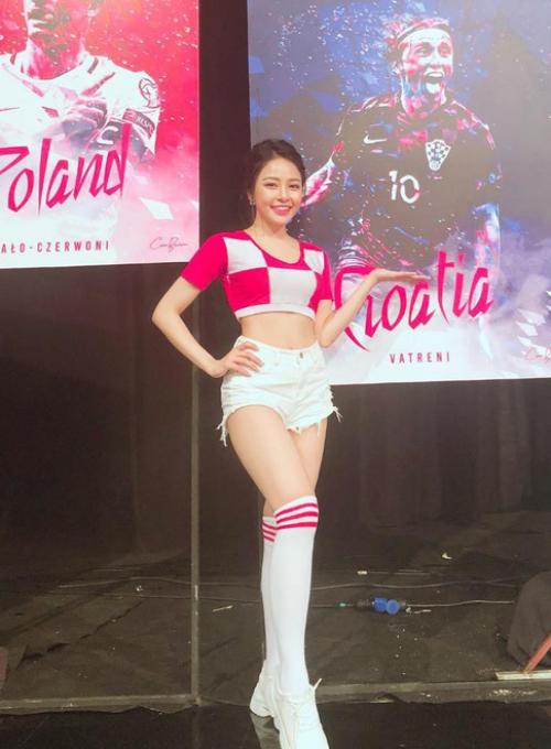 Thời gian qua, Trâm Anh xuất hiện trong dàn hot girl cổ vũ World Cup trên sóng VTV. Vẻ xinh đẹp của cô nàng từng trở thành chủ đề bàn tán không ít.