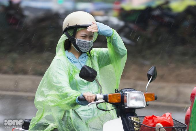 Người Hà Nội đón cơn mưa ngắn sau đợt nắng gay gắt