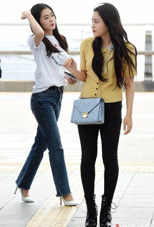 Red Velvet tham dự một sự kiện âm nhạc ở Đài Loan. Bất chấp thời tiết nóng bức, Yeri vẫn chọn áo len mỏng và đôi boots kín bưng khi ra sân bay.