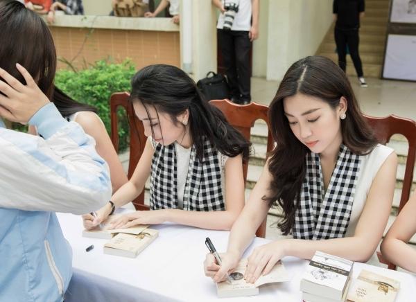 Các người đẹp đã trao tặng 13.000 cuốn sách cho thư viện, nhà văn hóa, cộng đồng các bạn trẻ tại khu vực Đà Nẵng, Hội An.