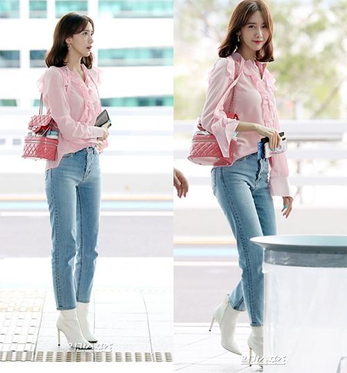 Yoon Ah đẹp xuất sắc khi lên đường dự sự kiện. Mỹ nhân nhà SM đeo túicủa Chanel. Phần thiết kế trong suốt giúp cô nàng khoe bộ mỹ phẩm đang quảng cáo.