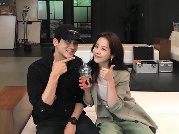 Park Hyung Sik đến tận trường quay thăm đàn chị Han Ji Min, tặng xe cà phê cho đoàn phim Knowing Wife.