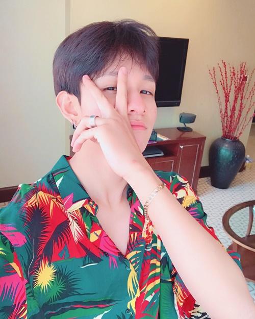 Kim Samuel mặc áo hoa lá rực rỡ chụp tự sướng trong khách sạn ở TP HCM.
