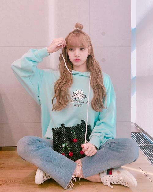 Lisa (Black Pink) búi tóc củ tỏi cực cute, mặt xinh như búp bê.