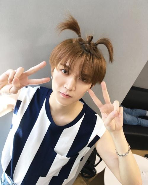 Ngay sau đó, Baek Ho trả đũa Ren bằng bức ảnh cột tóc 3 chỏm ngộ nghĩnh của cậu bạn.