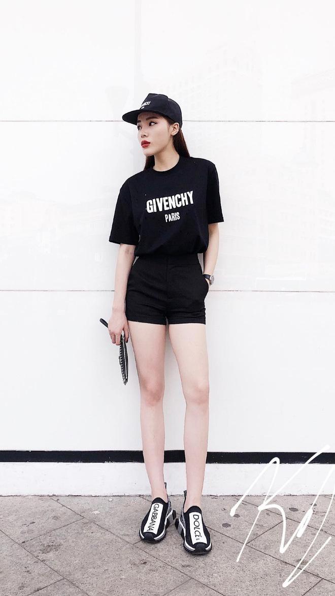 <p> Mẫu áo phông đơn giản, in hình logo thương hiệu Givenchy mà Kỳ Duyên mặc có giá13,5 triệu đồng.</p>