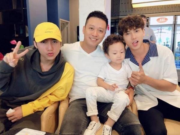 Bộ ba ca sĩ đình đám Vpop Tuấn Hưng, Isaac, Sơn Tùng chụp ảnh chung thân thiết.