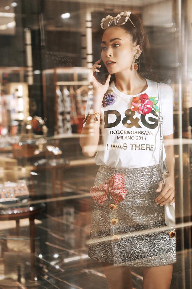 <p> Kiểu áo phông họa tiết với những bông hoa thêu nổi của Dolce & Gabbana mà Mâu Thủy diện có giá 28,5 triệu đồng.</p>