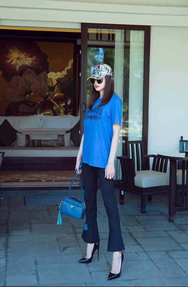 <p> Sau khi đăng quang, Hoa hậu Hương Giang cũng không nằm ngoài đường đua váy áo hàng hiệu với các mỹ nhân khác. Cô diện áo phông gam màu xanh nước biển của Burberry có giá hơn 9 triệu đồng.</p>