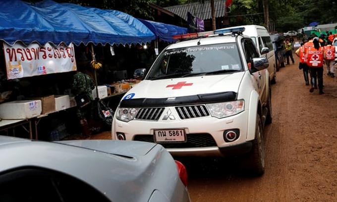 <p> Xe cứu thương được huy động đến khu phức hợp hang động. Ảnh: Reuters</p>